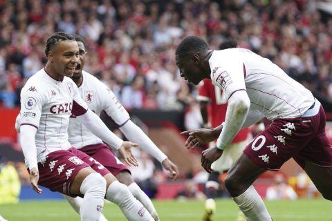 Οι παίκτες της Άστον Βίλα πανηγυρίζουν το γκολ κόντρα στη Μάντσεστερ Γιουνάιτεντ για την 6η αγωνιστική της Premier League