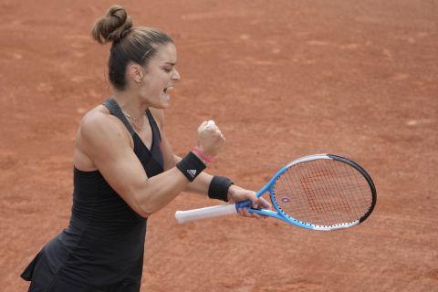 H Μαρία Σάκκαρη πανηγυρίζει πόντο της κόντρα στην Ελίζ Μέρτενς στον τρίτο γύρο του Roland Garros (5 Ιουνίου 2021)