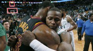 Το απόλυτο respect: O LeBron αγκάλιασε όλους τους παίκτες των Celtics!