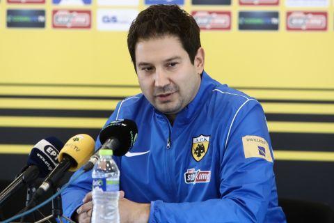Ο Αργύρης Γιαννίκης κατά την παρουσίασή του ως νέος προπονητής της ΑΕΚ