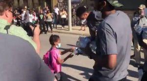 Γιάννης και Θανάσης Αντετοκούνμπο μοίρασαν νερά σε διαδήλωση για τον Φλόιντ