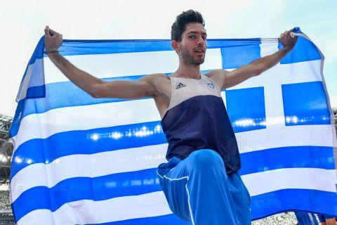 Ο Μίλτος Τεντόγλου με την ελληνική σημαία μετά τον τελικό του μήκους στο Τόκιο