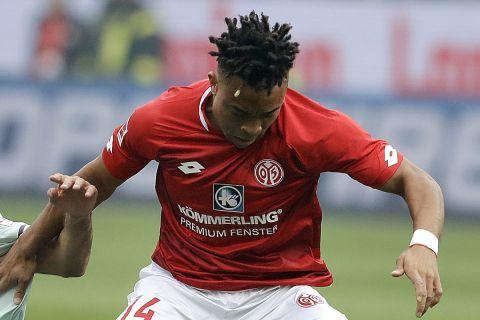 Ο Κουντέ δίνει μάχη για την μπάλα στο Μάιντς - Μπάγερν για την Bundesliga.