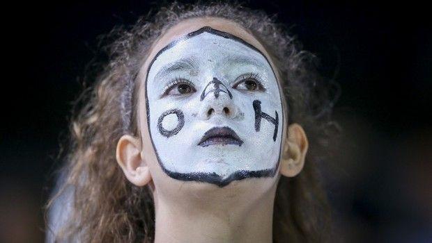 ΟΦΗ - Ολυμπιακός: Η οπαδός του ΟΦΗ που τράβηξε πάνω της τα φλας