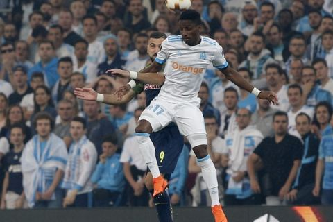 Salzburg's Munas Dabbur, background, and Marseille's Bouna Sarr challenge for the ball during the Europa League semifinal first leg soccer match between Olympique Marseille and RB Salzburg at the Velodrome stadium in Marseille, France, Thursday, April 26, 2018. (AP Photo/Thibault Camus)