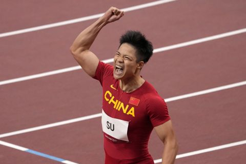 Ο Μπινγκτιάν Σου πανηγυρίζει την πρόκριση στον τελικό των 100 μέτρων στους άνδρες