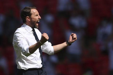 Ο Γκάρεθ Σάουθγκεϊτ πανηγυρίζει τη νίκη της Αγγλίας