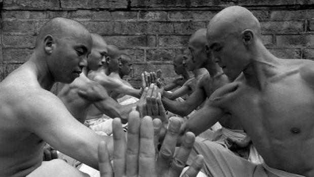 Bουδιστές μοναχοί πλακώνονται στο ξύλο και απομυθοποιούν την φιλοσοφία τους
