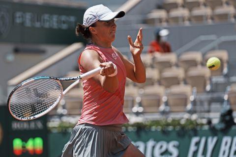 Η Ίγκα Σβιόντεκ, αντίπαλος της Μαρίας Σάκκαρη, στα προημιτελικά του Rolland Garros (9 Ιουνίου 2021)