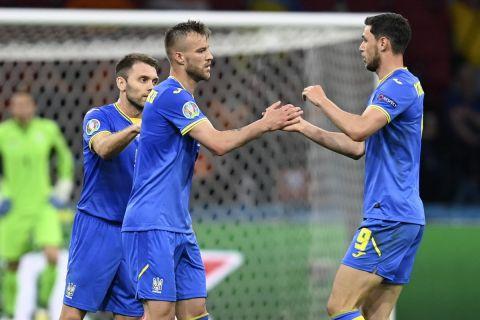 Ο Γιαρμολένκο πανηγυρίζει με τους συμπαίκτες του το γκολ που πέτυχε στο Ουκρανία - Ολλανδία   13 Ιουνίου 2021