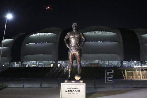Το άγαλμα του Ντιέγκο Αρμάντο Μαραντόνα έξω από το γήπεδο Madre de Ciudades