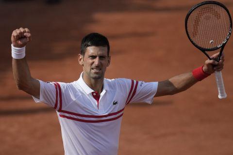 Ο Νόβακ Τζόκοβιτς πανηγυρίζει τη νίκη του επί του Κουέβας στο δεύτερο γύρο του Roland Garros /3-6-2021