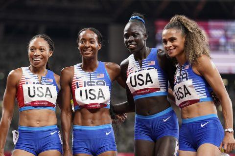 Οι αθλήτριες των ΗΠΑ πνηγυρίζουν το χρυσό μετάλλιο στα 4χ400 στους Ολυμπιακούς Αγώνες του Τόκιο