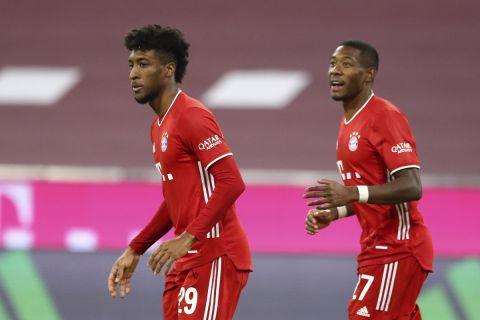 Ο Κομάν πανηγυρίζει μαζί με τον Αλάμπα γκολ του με τη φανέλα της Μπάγερν σε ματς της Bundesliga απέναντι στην Βέρντερ (21 Νοεμβρίου 2020)