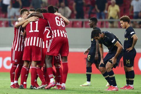 Οι παίκτες του Ολυμπιακού πανηγυρίζουν το γκολ κόντρα στην Άντβερπ στο Europa League