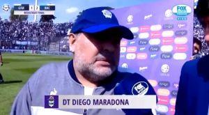 """Ο Μαραντόνα κάνει δηλώσεις κι από πίσω τον """"κυνηγάει"""" το διαφημιστικό μπάνερ"""