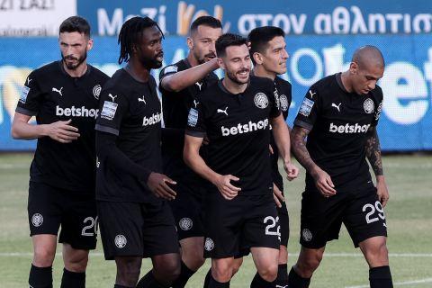 Οι παίκτες του ΟΦΗ πανηγυρίζουν τη νίκη τους επί του Παναιτωλικού |15 Μαίου 2021