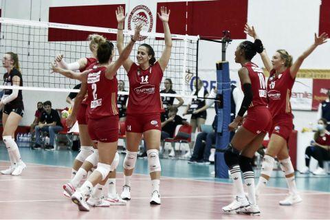 Οι παίκτριες του Ολυμπιακού πανηγυρίζουν κόντρα στην Αστερίξ