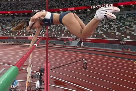 Η Κατερίνα Στεφανίδη τη στιγμή που περνάει τα 4.55μ.