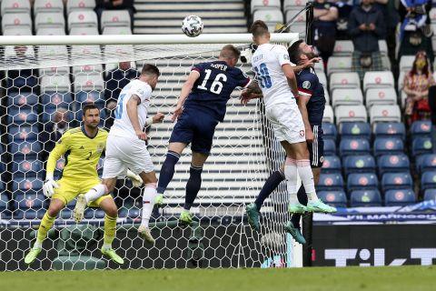 Ο Πάτρικ Σικ σκοράρει για την Τσεχία κόντρα στην Σκωτία στην πρεμιέρα των δύο ομάδων στο Euro 2020