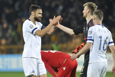 Ο Τιμ Σπαρβ χαιρετάει τον Λούκας Χραντέτσκι στο Αρμενία - Φινλανδία