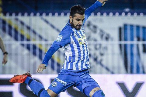 Ο Μανούσος σουτάρει στην αναμέτρηση του Ατρομήτου με τον Απόλλωνα Σμύρνης για τη Super League Interwetten.