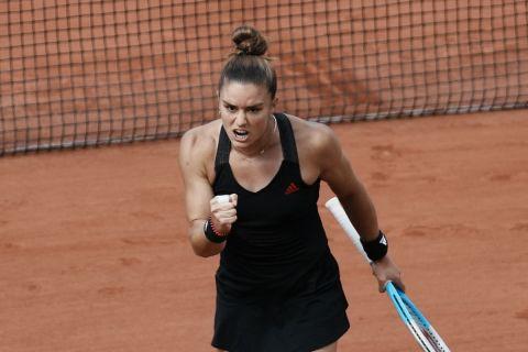 Η Μαρία Σάκκαρη πανηγυρίζει πόντο κόντρα στην Κένιν για το Roland Garros.