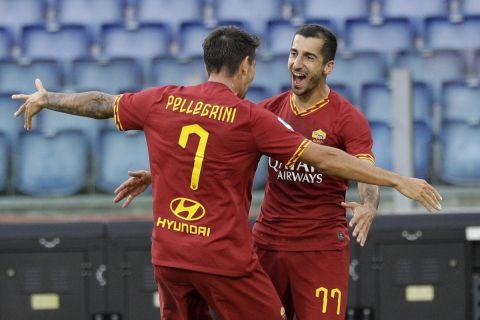 Ο Μχιταριάν πανηγυρίσει γκολ που σημείωσε με τον συμπαίκτη του, Λορέντζο Πελεγκρίνι