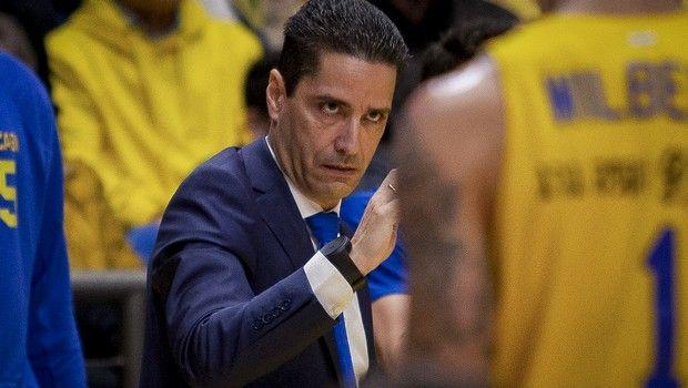 Ο Σφαιρόπουλος δίνει εντολές στους παίκτες της Μακάμπι σε αγώνα της EuroLeague