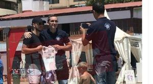 Ο Αζάρ ποζάρει με φανέλα της Ρεάλ Μαδρίτης