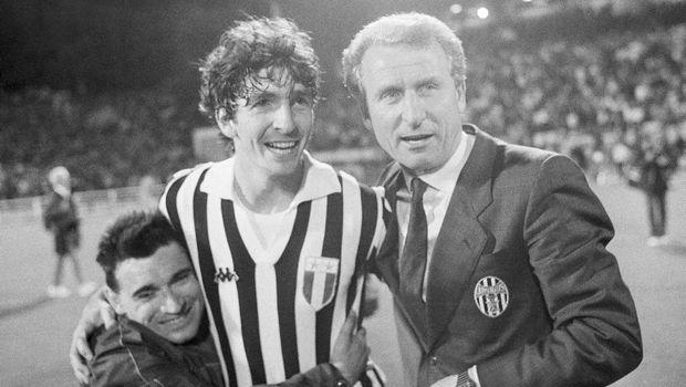 Ο Πάολο Ρόσι με τον προπονητή του, Τζιοβάνι Τραπατόνι μετά την κατάκτηση του Κυπέλλου Πρωταθλητριών από τη Γιουβέντους