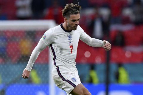 Ο Τζακ Γκρίλις κοντρολάρει την μπάλα στην αναμέτρηση της Αγγλίας με την Τσεχία στο Γουέμπλεϊ για το Euro 2020.