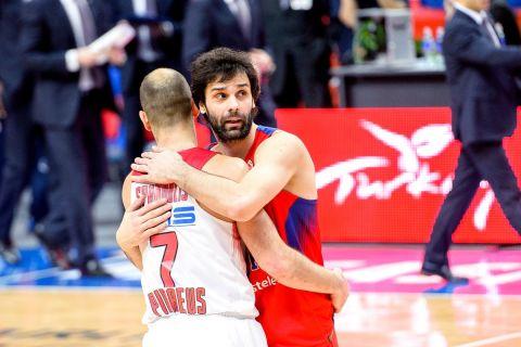 Ο Μίλος Τεόντοσιτς αγκαλιάζει τον Βασίλη Σπανούλη σε αγώνα ΤΣΣΚΑ Μόσχας - Ολυμπιακός το 2016