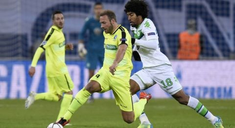 Wolfsburg's Brazilian defender Dante (R) vies with Gent's forward Laurent Depoitre during the UEFA Champions League football match between Gent and Wolfsburg at Ghelamco Arena in Gent on February 17, 2016.  AFP PHOTO / JOHN THYS / AFP / JOHN THYS        (Photo credit should read JOHN THYS/AFP/Getty Images)