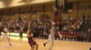 Αδιανόητο άλμα παίκτη στο NCAA, χτύπησε με το μέτωπο στο ταμπλό κάνοντας τάπα!
