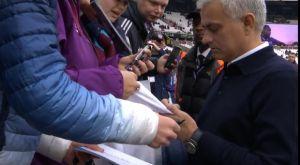 Τότεναμ: Ο Μουρίνιο υπογράφει αυτόγραφα στους φιλάθλους της Γουέστ Χαμ