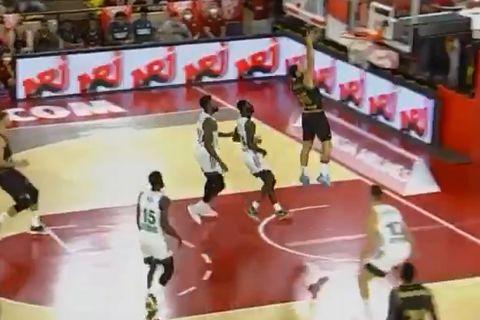 EuroLeague: Ο Μάικ Τζέιμς με κάρφωμα και τρίποντο σκόραρε τους πέντε πρώτους πόντους της σεζόν