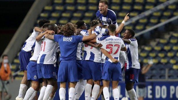 Οι παίκτες της Πορτό πανηγυρίζουν το πρωτάθλημα της σεζόν 2019-20
