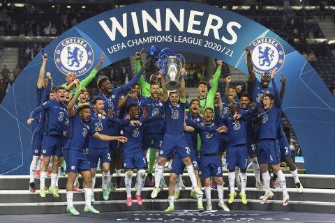 Οι ποδοσφαιριστές της Τσέλσι πανηγυρίζουν την κατάκτηση του UEFA Champions League 2021