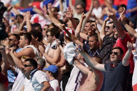Οι Άγγλοι πανηγυρίζουν το γκολ του Στέρλινγκ