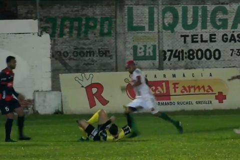 Βραζιλιάνος ποδοσφαιριστής κλότσησε στο κεφάλι διαιτητή και τον άφησε αναίσθητο εν ώρα αγώνα
