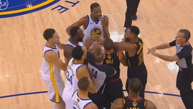 Ένταση και παραλίγο σύρραξη στο φινάλε του Warriors-Cavaliers