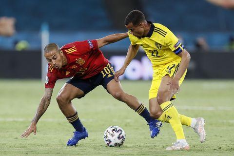 Διεκδίκηση της μπάλας από Τιάγκο και Κουάισον στο Ισπανία - Σουηδία για την πρεμιέρα του Euro 2020