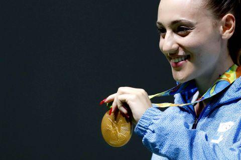 Η Άννα Κορακάκη με το χρυσό μετάλλιο στους Ολυμπιακούς Αγώνες του Ρίο