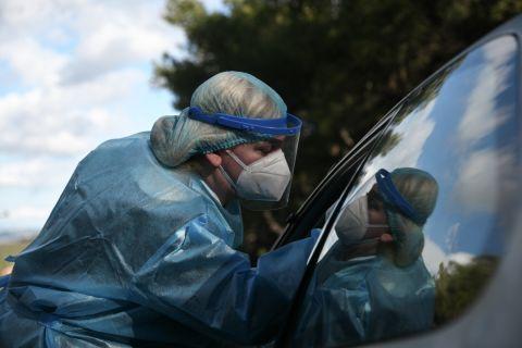 Νοσηλεύτρια πραγματοποιεί τεστ κορονοϊού
