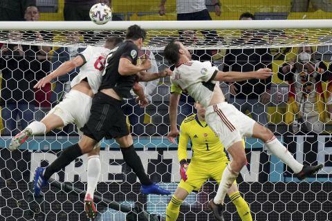 Ο Ματς Χούμελς έστειλε την μπάλα στο δοκάρι κόντρα στους Ούγγρους