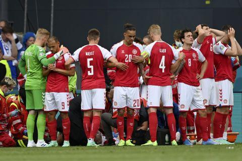 Οι παίκτες της Δανίας σχηματίζουν ανθρώπινη ασπίδα για να προστατέψουν τον Κρίστιαν Έρικσεν μετά την κατάρρευσή του στον αγωνιστικό χώρο