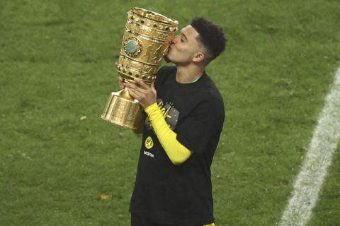Ο Τζέιντον Σάντσο πανηγυρίζει την κατάκτηση του Κυπέλλου Γερμανίας με την Ντόρτμουντ