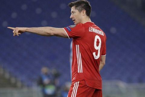 Ο Ρόμπερτ Λεβαντόβσκι πανηγυρίζει γκολ του με τη φανέλα της Μπάγερν κόντρα στην Λάτσιο για το Champions League