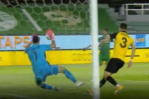 Ο Τσιντώτας αποκρούει σουτ του Χατζηγιοβάνη στο Παναθηναϊκός - ΑΕΚ για τα playoffs της Super League Interwetten.